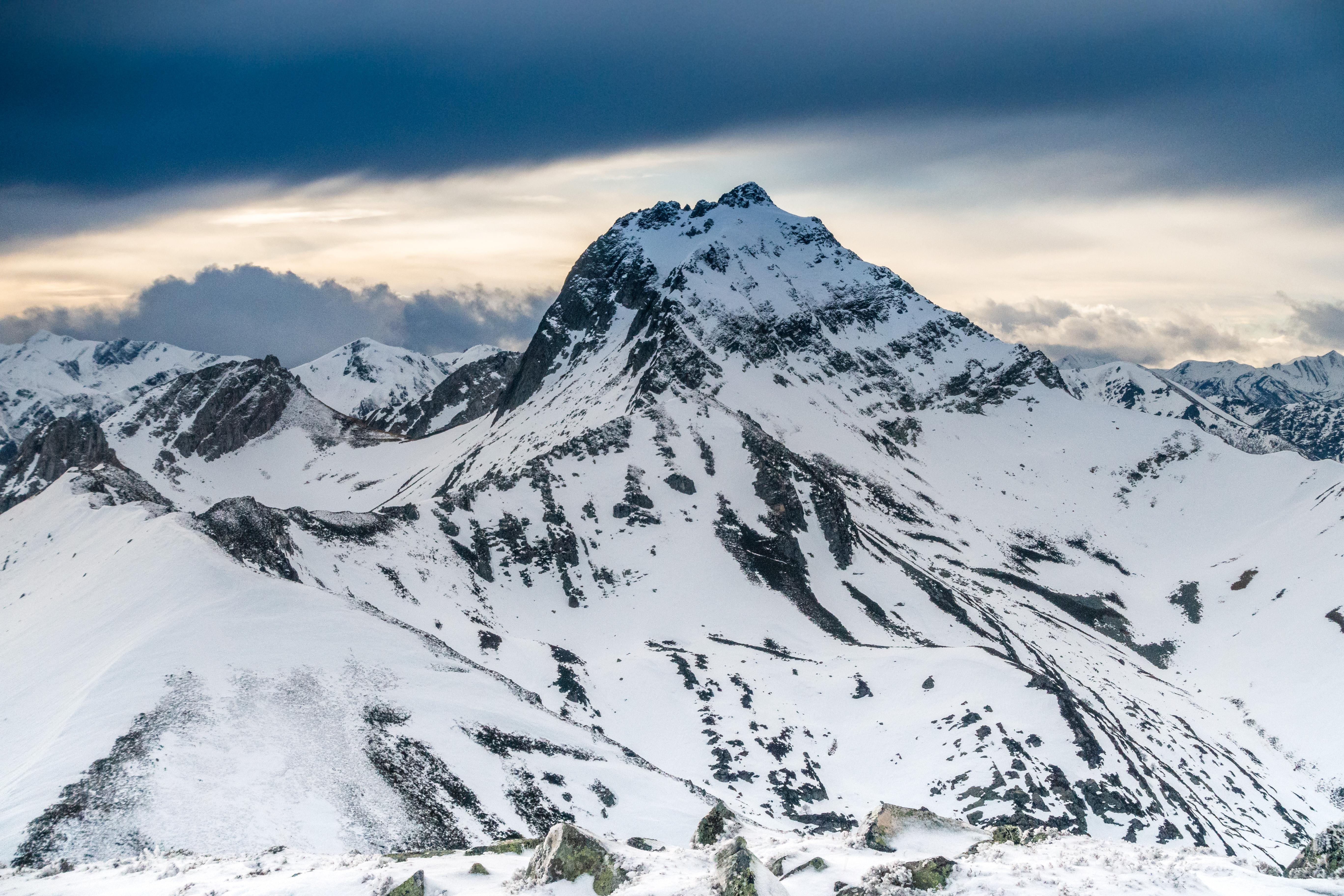 El Pico Torres se encuentra al noroeste del Puerto San Isidro y la localidad asturiana de La Raya. Es la mayor altura del Concejo de Caso y del Parque de Redes. Su afilada silueta es visible desde gran parte del Valle de Aller